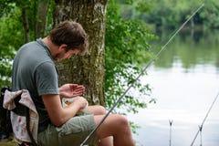 Pescatore che prepara richiamo, da pesca concetto di hobby di fuga fotografia stock libera da diritti