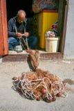 Pescatore che ripara rete da pesca immagine stock libera da diritti