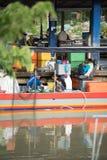 Pescatore che vende pesce al pilastro fotografie stock libere da diritti