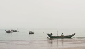 Pescatore cinese in una barca fotografia stock libera da diritti
