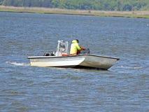 Pescatore commerciale Checking le sue reti fotografia stock libera da diritti
