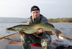 Pescatore con il luccio Immagini Stock Libere da Diritti