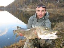 Pescatore con il luccio Fotografie Stock