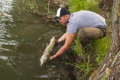 Pescatore con il luccio immagine stock libera da diritti