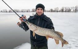 Pescatore con il luccio fotografia stock