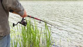 Pescatore con la canna da pesca stock footage
