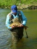 Pescatore con la grande carpa Immagini Stock Libere da Diritti