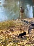 Pescatore con un gatto immagini stock libere da diritti
