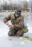 Pescatore. concorrenza di pesca del ghiaccio fotografia stock