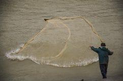 Pescatore del fiume nell'azione quando pescano Fotografie Stock