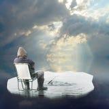 Pescatore del ghiaccio che galleggia sull'iceberg. immagini stock