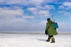 Pescatore del ghiaccio che va via Fotografia Stock