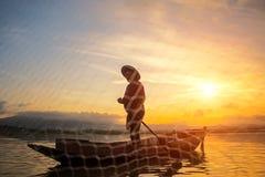 Pescatore del lago Bangpra nell'azione quando pescano Fotografia Stock