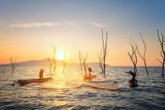 Pescatore del lago Bangpra nell'azione quando pescano Fotografia Stock Libera da Diritti