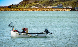 Pescatore del mare profondo in sua barca Immagine Stock