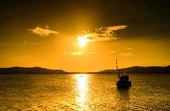 Pescatore della barca e di alba Immagini Stock