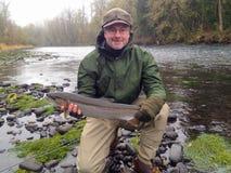 Pescatore della mosca con la trota iridea Fotografia Stock Libera da Diritti