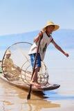 Pescatore di Intha, lago Inle, Myanmar Immagini Stock