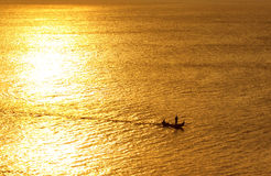 Pescatore di tempo di pesca? nel lago, vicino al tramonto fotografia stock