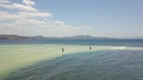 Pescatore due in bangka in oceano, vista aerea delle barche e dell'acqua video d archivio