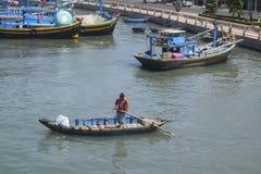 Pescatore e ancora tradizionale dei pescherecci nel fiume ty di Ca Fotografia Stock Libera da Diritti