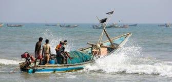 Pescatore e barca indiani fotografia stock