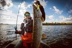 Pescatore e grande luccio del trofeo fotografia stock libera da diritti