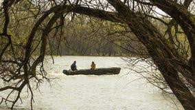 Pescatore e la sua moglie nella barca immagini stock