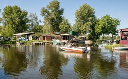 Pescatore e la vecchia barca del rabac Vecchia stazione della barca Fotografia Stock Libera da Diritti