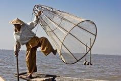 Pescatore/Equilibrist sul lago Inle Immagine Stock