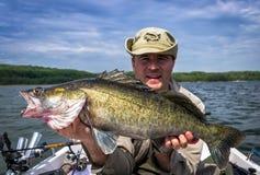 Pescatore felice con i glaucomi enormi fotografia stock