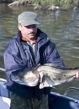 Pescatore fiero con grande merluzzo fotografia stock