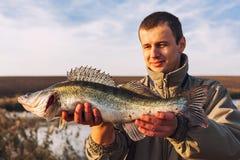 Pescatore fiero con il fermo Immagine Stock