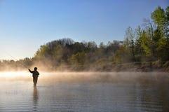 Pescatore in fiume - pesca con la mosca immagini stock libere da diritti