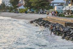 Pescatore locale che fonde la sua rete, Barbados Fotografie Stock