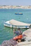 Pescatore maltese che ripara le sue reti Fotografia Stock