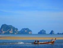 Pescatore mentre navigando alla spiaggia immagini stock