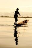 Pescatore nel lago del inle, Myanmar. fotografia stock libera da diritti