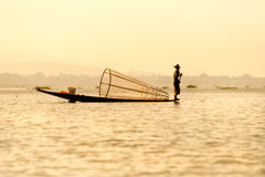 Pescatore nel lago del inle, Myanmar. Fotografie Stock Libere da Diritti