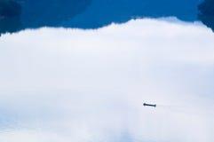 Pescatore nel lago in mattina pacifica Fotografia Stock