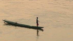 Pescatore nel tramonto sopra il fiume Fotografie Stock Libere da Diritti