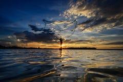 Pescatore nell'azione quando pescano, la Tailandia Fotografie Stock