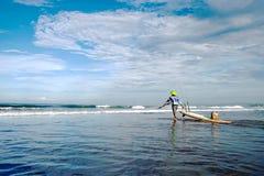 Pescatore nell'oceano Fotografie Stock Libere da Diritti