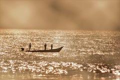 Pescatore nella barca Fotografia Stock Libera da Diritti