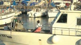 Pescatore nella barca stock footage