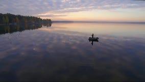 Pescatore nella barca video d archivio
