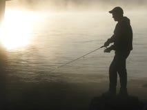 Pescatore nella nebbia Immagine Stock