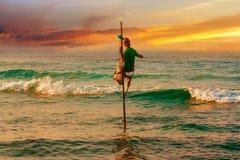 Pescatore in oceano Lo sri lankan tradizionale si siede il pescatore Fotografie Stock Libere da Diritti
