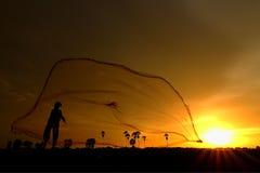 Pescatore - raccogliendo - rete da pesca - colata netta fotografia stock libera da diritti