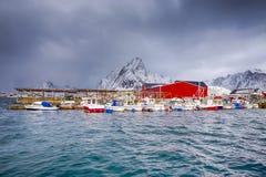Pescatore rosso Houses e linea di pescatore Boats fotografia stock libera da diritti